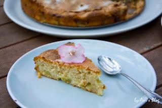 französischer Rhabarberkuchen | Rezept | Rhabarber | backt euch eine Rhabarbertorte die innen schön saftig und fruchtig ist und außen eine crunchige Kruste hat.