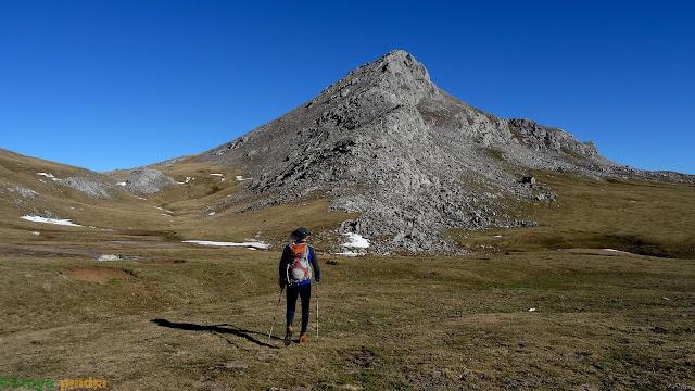 Caminando hacia Peña Cerreos y su espolón oeste.