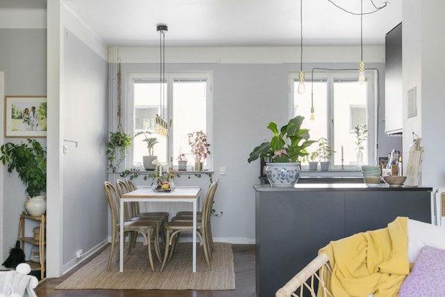 Mesa de comedor con sobre de corcho. Detalle de lámparas colgadas con cables vistos.