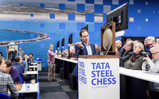 Le traditionnel coup de gong de Peter Leko qui lance la ronde du jour à Wijk-aan-Zee - Photo © site officiel