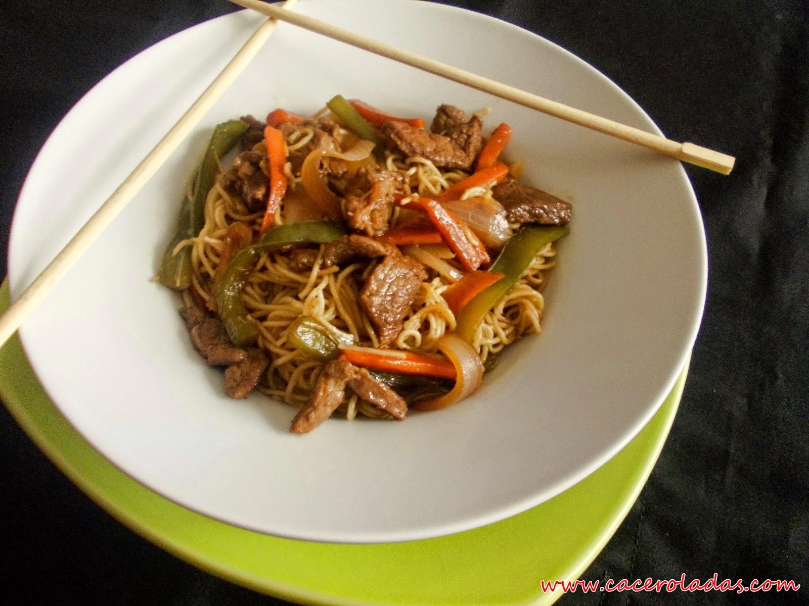 Fideos chinos fritos con ternera y verduras