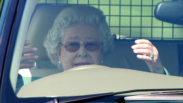 La reina Isabel II habría aceptado dejar de conducir sus automóviles en vías públicas