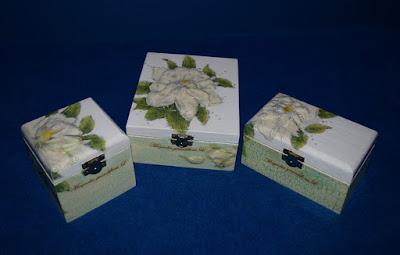 Komplet z magnolią oraz koszyczek z wikliny papierowej.