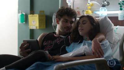 Vicente e Gabriela em cena da novela Bom Sucesso (Foto: Reprodução)