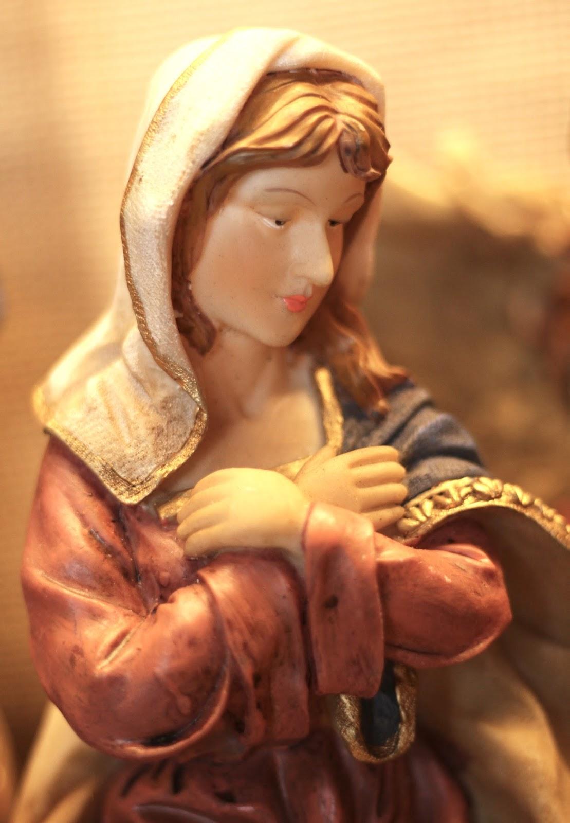 Selbst gebaute Weihnachtskrippe mit Figuren aus Polyresin oder Kunstharz: Maria
