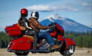 cara memeluk pria saat naik motor yang nyaman dan santai