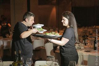 Οι εθελοντές βάζουν στα τραπέζια σαλάτες