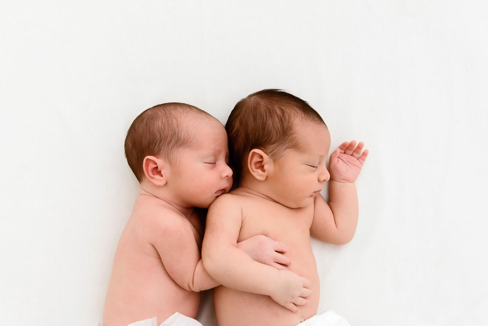 Reportaje de mellizos recién nacidos en Camas Sevilla