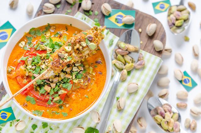 Brasilianische Moqueca mit Mango und Hühner-Pistazien-Spießen