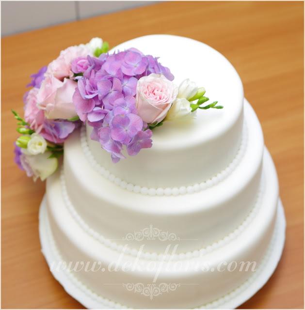 Dekoracja kwiatami  tortu weselnego