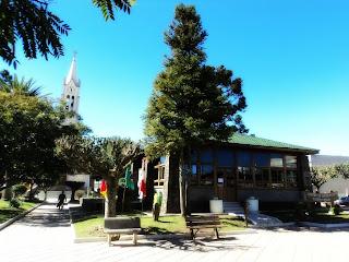 Praça, Centro de Informações e Igreja Matriz de Bom Jesus