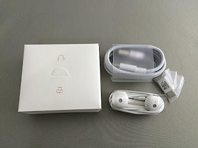 ヘッドフォンマークの箱にはイヤフォンとタイプCの充電ケーブル