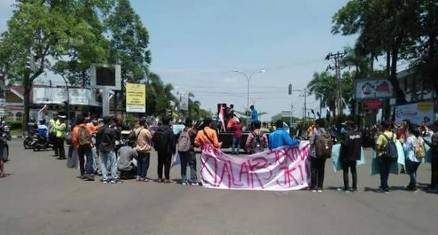 "Mahasiswa Jambi Gelar Aksi ""Talak Tiga"" Jokowi"