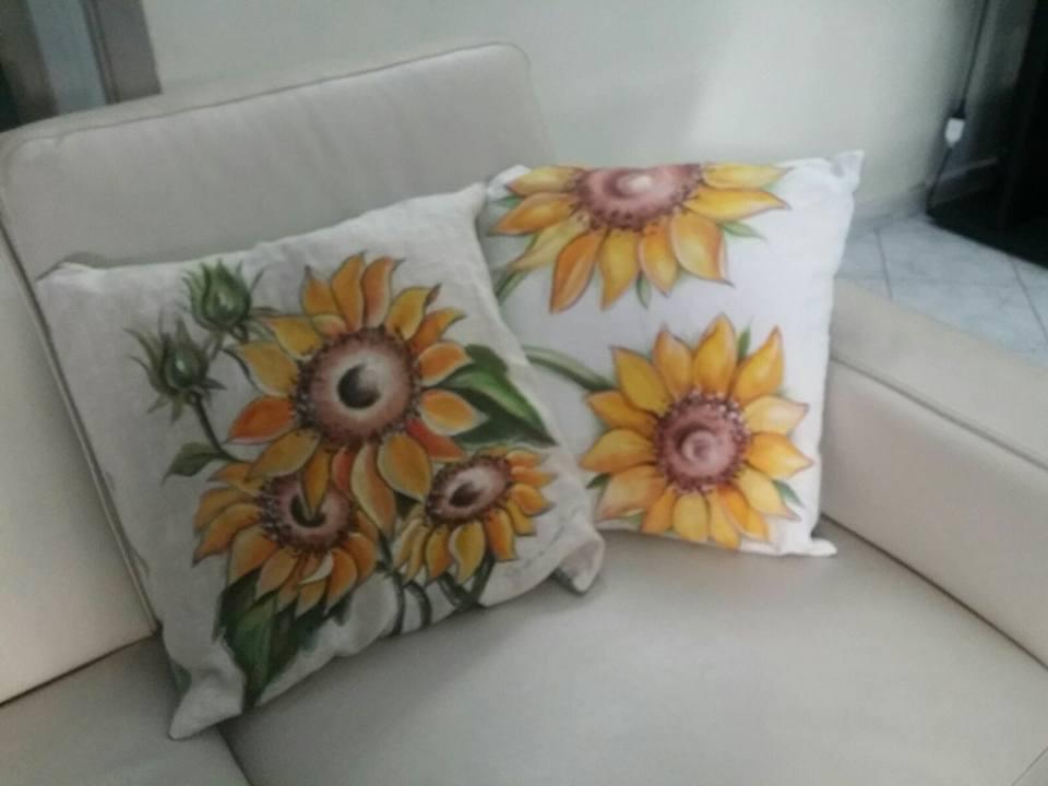il mondo di dea cuscini dipinti a mano