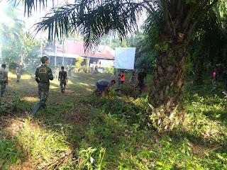 Angota Satgas bersama Warga melaksanakan pembersihan sebelum mengerjakan program Fisik TMMD Kodim 0311/Pessel