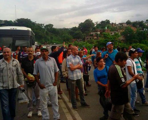 #22J: GNB impide paso de personas para validar firmas en Bejuma, Carabobo