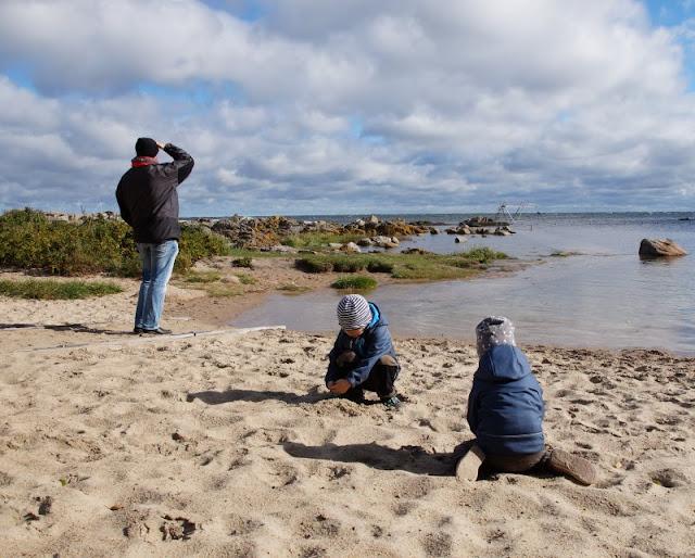Bornholm mit Kindern im Herbst. Teil 3: 10 tolle Ausflugsziele für Familien auf Dänemarks Sonneninsel. Beim Hullehavn von Svaneke können Kinder super im Sand spielen.