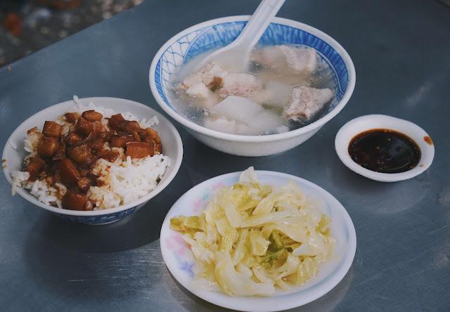 一碗滷肉飯、一碗原汁排骨湯,就是如此簡單樸素的一頓午餐,店裡也有些小菜可點來搭配,像是滷高麗菜、滷筍絲等,但有時候我也會加點肉粥店的炸物一塊兒吃,像這次突然嘴饞了,就點了一份花枝炸與蚵仔炸一起享用。