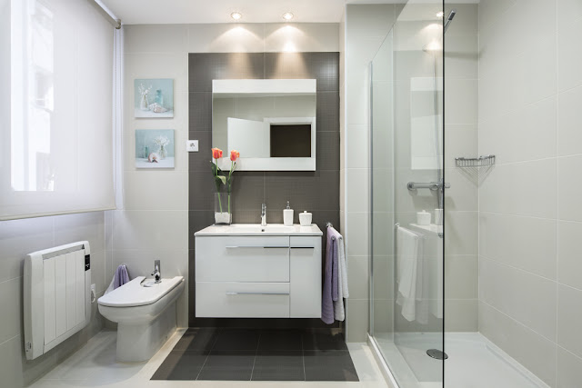 Badezimmer - Weiß und Grau ist die Kombination des Augenblicks
