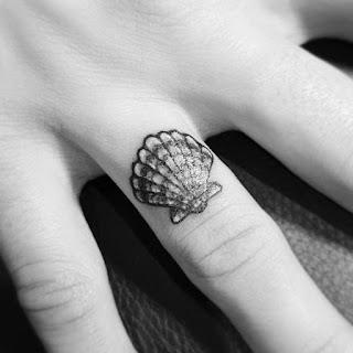 tatuaje concha dedo