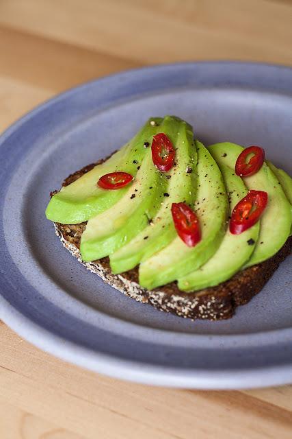 Otvoreni sendvič sa avokadom, maslinovim uljem, limunovim sokom, papričicom i morskom solju