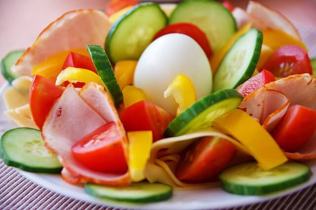 las hortalizas colocan los vegetales en el centro del plato