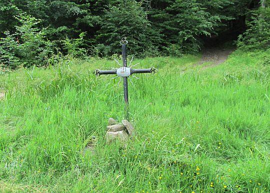 Przełęcz Zakocierska (779 m n.p.m.). Grób nieznanego żołnierza poległego we wrześniu 1939 roku.