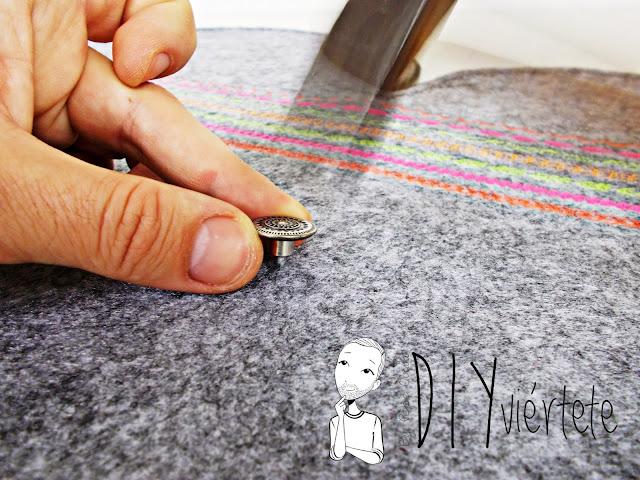 DIY-bolso-cartera-clutch-fieltro-fluor-pompones-puntadas-alfa-historiashiladas-costura-diseño-handbox-12