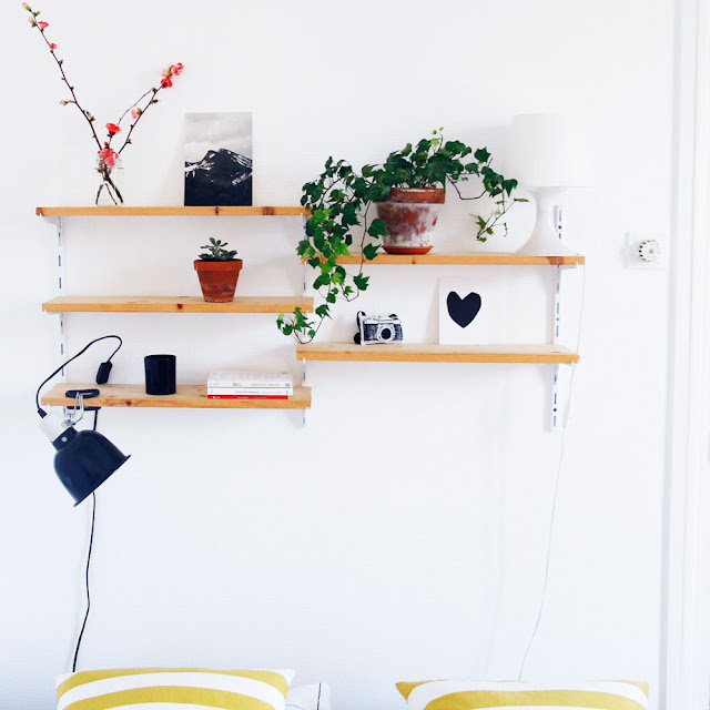 merci raoul notre t te de lit ou comment copier une tag re string avec 6 euros le joli. Black Bedroom Furniture Sets. Home Design Ideas
