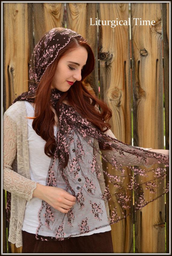 Véu e mantilha modelos, quando usar, véu preto com flores rosas