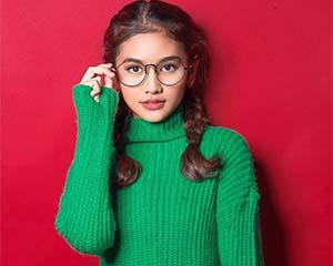 Sarah Tuffahati Pakai Kacamata