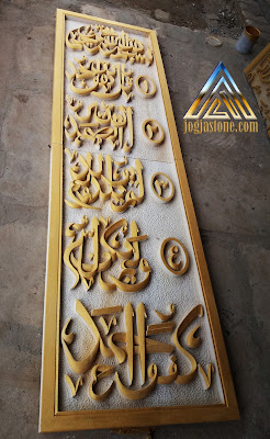 kaligrafi al ikhlas dibuat dari batu alam putih / batu paras jogja