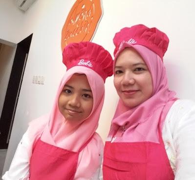 saya dan teteh rafa siap beraksi membuat es teler cupcakes bersama chef stella lowis di almond zucchini cooking studio nurul sufitri blogger