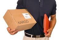 Elindeki bir kargo kutusunu teslim etmek için gelmiş olan kargo çalışanı