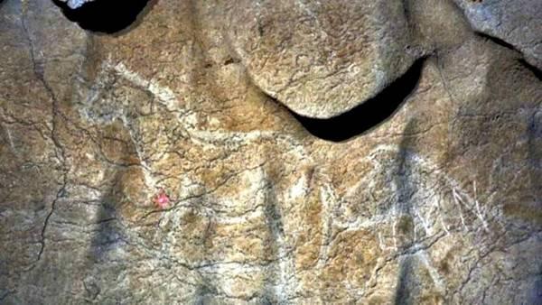 Algunos de los numerosos grabados de caballos descubiertos en las paredes de la cueva de Atxurra.