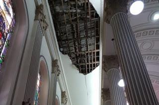 http://vnoticia.com.br/noticia/3727-devidos-as-chuvas-parte-do-gesso-do-teto-da-catedral-cai-em-campos