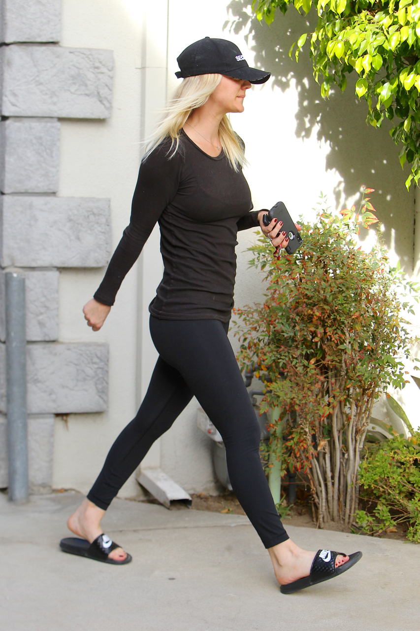 Kaley Cuoco Booty in Yoga Pants