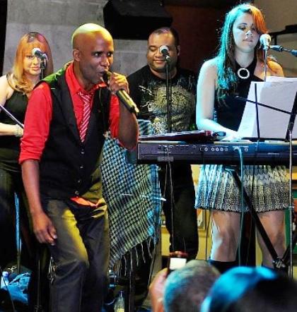 Foto de Jandy Feliz cantando en el escenario