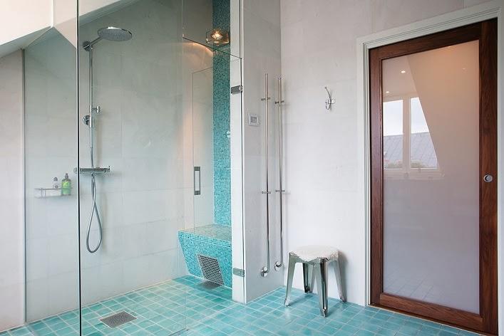 5 Gorgeous Scandinavian Bathroom Ideas: Contemporary Scandinavian Attic Apartment With Skylight