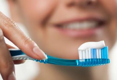 ΣΟΚΑΡΙΣΤΙΚΟ! Με τι πλένουμε τα δόντια μας; Διαβάστε τη περιεχέι μια οδοντόκρεμα και θα πάθετε πλάκα