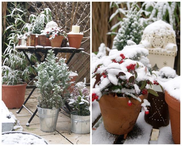 Gartentisch mit Weihnachtsdeko und Schneehaube