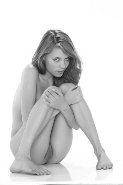 Bild av en söt, blyg tjej som visar fittan