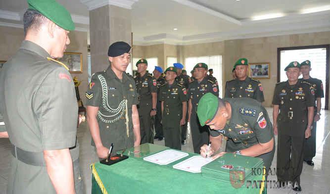 Pangdam XVI/Pattimura, Mayjen TNI Doni Monardo memimpin upacara serah terima jabatan dan penyerahan jabatan sejumlah pejabat teras di instansi militer tersebut.