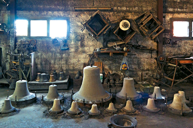 ΗΓΟΥΜΕΝΙΤΣΑ-Ιστορίες και μυστικά της τέχνης κατασκευής καμπανών από το χυτήριο της Παραμυθιάς