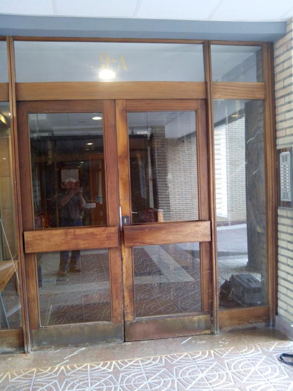 Restauraci n de puerta de madera de comunidad muebles for Restauracion de puertas antiguas