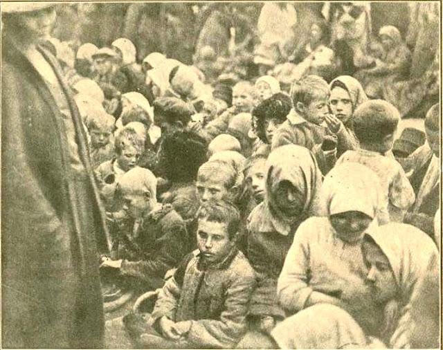 Fotografía de niños rusos a la espera de recibir ayuda alimentaria (otoño 1921)