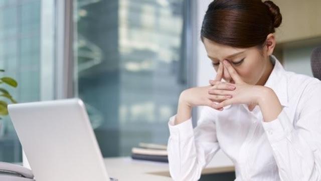 Hal yang Membuat Wajah Berjerawat Bagi Pekerja Kantoran, penyebab jerawat pada wanita kantoran