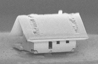 El muntatge robòtic de la casa més petita del món, fins i tot un àcar no pasa per la porta