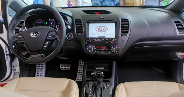 Khoang xe Kia Cerato 2017 rộng rãi tiện nghi