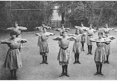 Leçon de gymnastique dans une école de filles, vers 1900 (collection privée)
